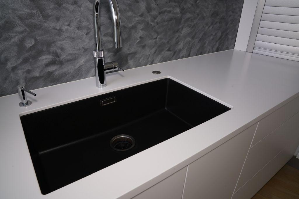 Hvidt Coriankøkken med underlimet sort vask