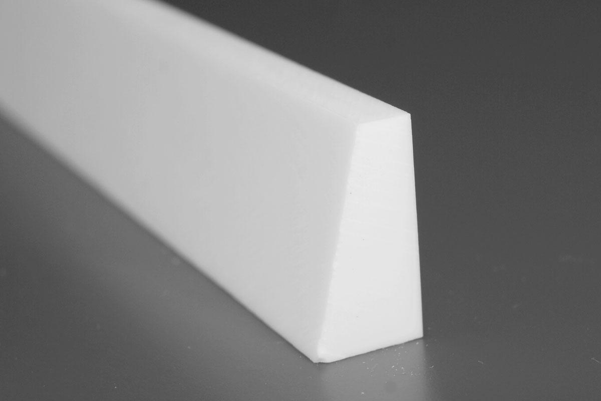 Bagkant 613. Skurelisten er 20 mm høj. Den er 5 mm i toppen og 10 mm i bunden. Max længde er 2500 mm.
