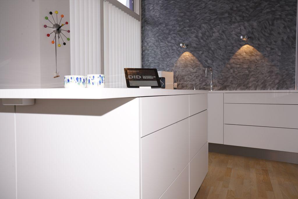 Coriankøkken i Glacier White med hygge- og arbejdsområde